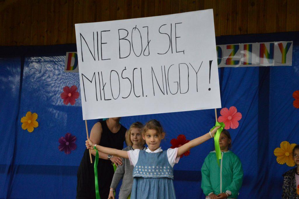 Dziewczynka trzymająca hasło: Nie bój się miłości nigdy